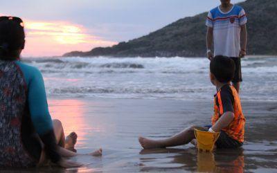 Mujer y su hijo jugando en la playa